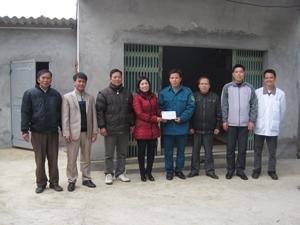 Đại diện LĐLĐ huyện Kim Bôi bàn giao nhà mái ấm công đoàn cho hộ gia đình anh Bạch Công Thắng, xóm Mát, xã Nật Sơn.